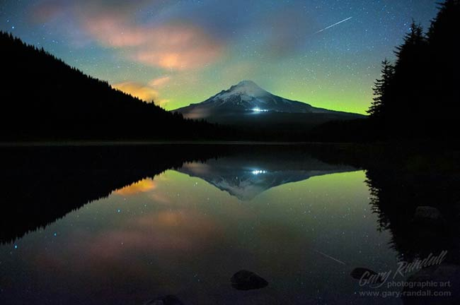 northern lights shown above mt hood in oregon